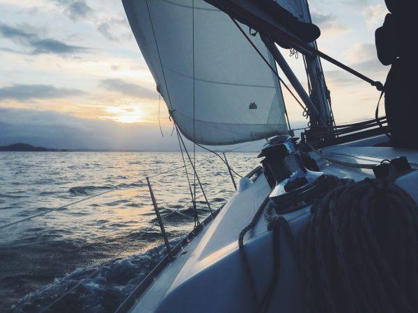 Voilier naviguant sur la mer