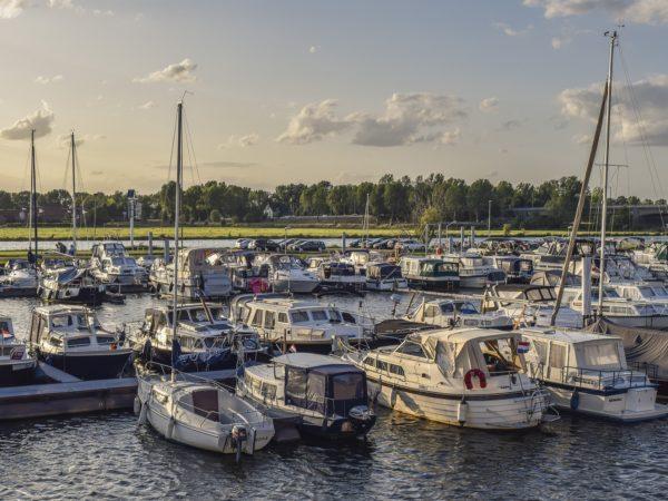 Marina contenant des bateaux de plaisance